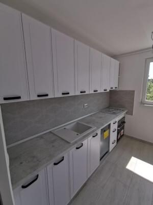 Bucătărie albă cu mânere negre 1