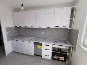 Bucătărie albă cu mânere negre