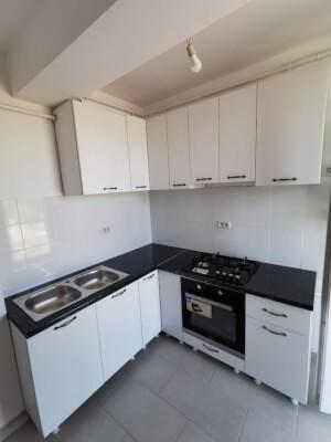 Bucătărie albă cu blat negru