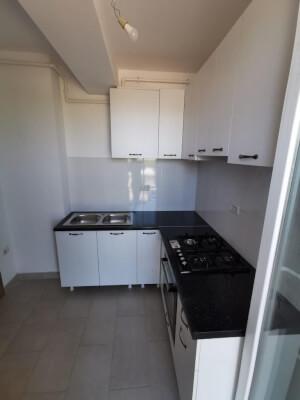 Bucătărie albă cu blat negru 1