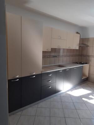 Bucătărie bej cu gri închis