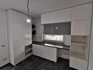 Bucătărie modernă albă la comandă