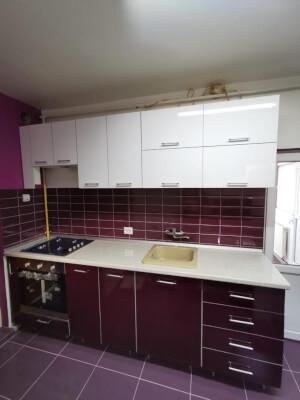 Bucătărie modernă mov cu alb 3