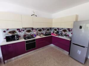 Bucătărie mov cu crem fără mânere