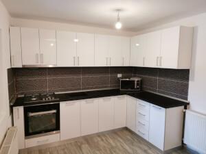 Bucătărie pe colț MDF lucios alb cu blat negru 1