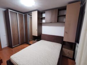 Mobilă de dormitor pe colț