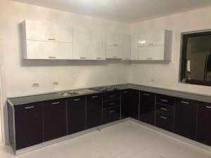 Bucătărie pe colț alb cu negru