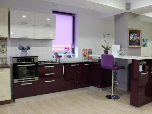 Bucătărie din PAL lucios mov și alb, cu insulă - model IRIS